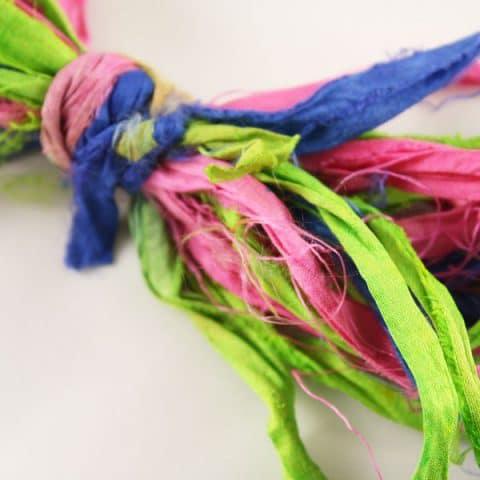 Ruban de soie de sari bleu rose vert . Soie de sari recyclée, idéal pour création de bijoux, customisation, art textile